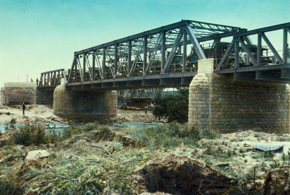 """באזור גשר אלנבי, עברו כנראה בנ""""י ויהושע את הירדן, הנמצא כ-5 ק""""מ מזרחית לעיר יריחו ככתוב,""""וְהָעָם עָבְרוּ, נֶגֶד יְרִיחוֹ"""" יהושע ג"""